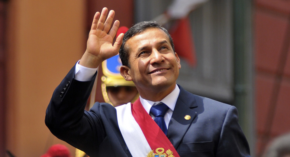 Peru's President Ollanta Humala waves from the back of a vehicle as he rides from Congress to the presidential palace in Lima, July 28, 2011.      REUTERS/Janine Costa (PERU - Tags: POLITICS) PERU-HUMALA/ PERU-HUMALA/ PERU-HUMALA/
